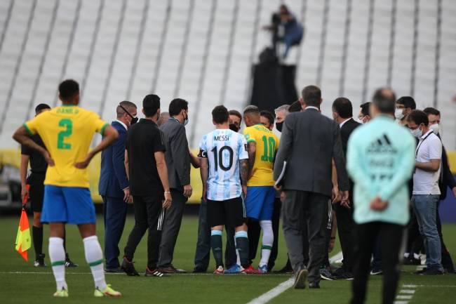 Partida entre Brasil e Argentina foi suspensa, em Itaquera