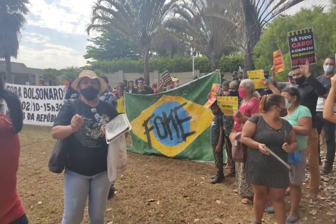 MTST protesta em frente à mansão de Flávio Bolsonaro