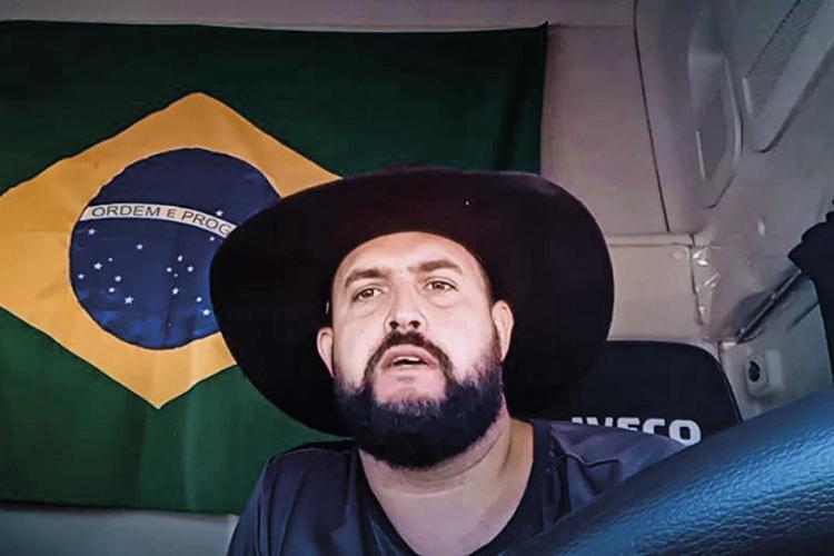 """TROMBETA DA ESTRADA - O caminhoneiro Marcos Pereira Gomes, o Zé Trovão, está impedido pela Justiça de se manifestar nas redes sociais, mas continua a gravar vídeos convocando para as manifestações do feriado. """"Não posso cumprir uma ordem ilegal"""", justifica o valente -"""