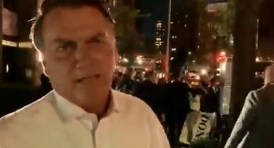 O presidente Jair Bolsonaro grava vídeo diante de manifestação contra ele em Nova York