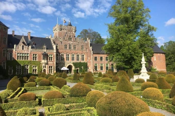 castelo-de-gaasbeek-b-lgica-localizado-perto-bruxelas-capital-bÇlgica-castel-e-dela-Ç-jardim-150110163