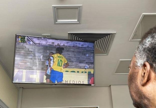 Do hospital, Pelé assiste a show de Marta