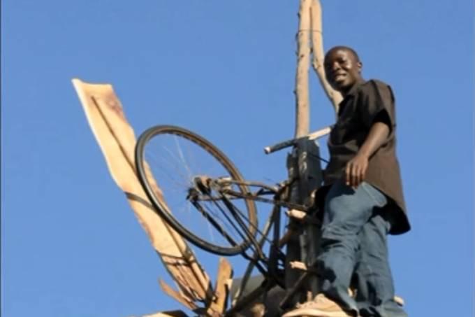 William Kamkwamba, do Malaui, com o moinho que criou com diversos materiais