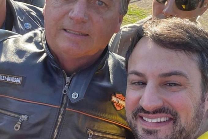 O presidente Jair Bolsonaro durante motociata, em julho, ao lado do então secretário de Comunicação Institucional, Felipe Pedri