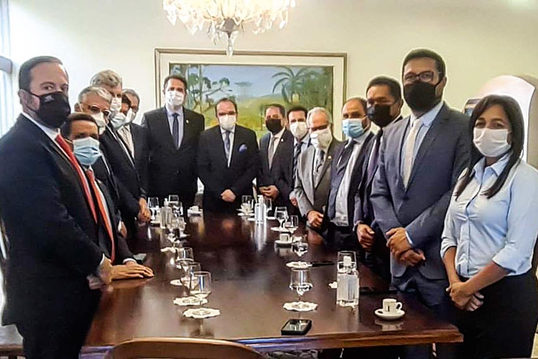 SOLUÇÃO- Rodrigo Pacheco (ao fundo, à esq.): reunião para destravar processo -