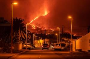 Vilarejo de Tajuya, em La Palma, nas Ilhas Canárias: novo fluxo de lava se forma após colapso no cume vulcânico