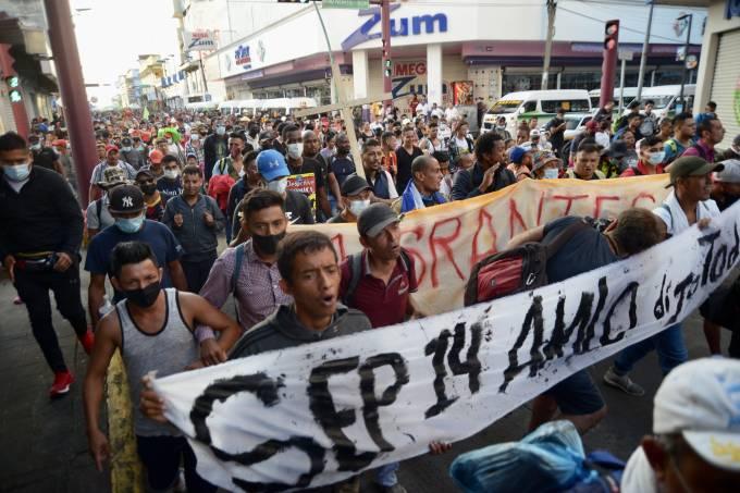 Caravana de imigrantes deixa a cidade de Tapachula, no México, rumo aos Estados Unidos