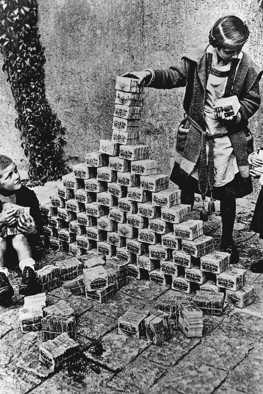 EFEITOS -Crianças alemãs brincam com maços de dinheiro: descontrole -