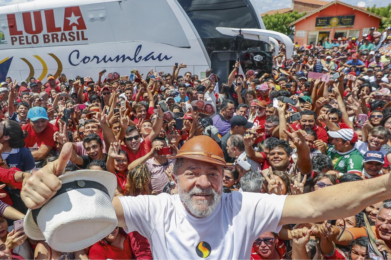 EM ALTA -Lula com apoiadores em Banabuiú (CE): uma das visitas que o petista realizou em 2017, em caravana eleitoral visando 2018 -