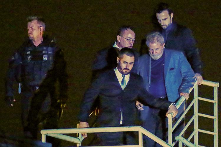 EM BAIXA- Prisão: o ex-presidente é levado à carceragem da PF em Curitiba após sentença da Lava-Jato -